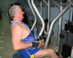 Фронтальная тяга на тренажере, на развитие верхней части спины