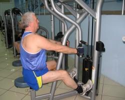 Фронтальная тяга на тренажере — исходное, на развитие верхней части спины