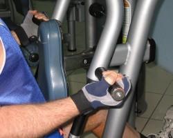 Фронтальная тяга на тренажере- широкий гриф (хват снизу), на развитие верхней части спины