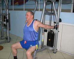 Отведение рук за спину на тренажере Бабочка - исходное, для развития грудных мышц