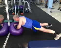 Мышцы груди, дельтовидной и трицепса - Отжимание на фитболе, выполнение.