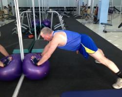 Мышцы груди, дельтовидной и трицепса - Отжимание на фитболе, исходное.