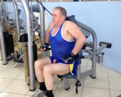 Отжимание на тренажере - исходное, для развития грудных мышц