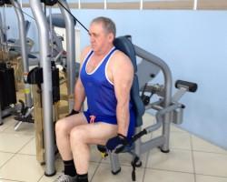 Отжимание на тренажере, для развития грудных мышц