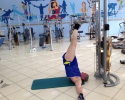 Подъем ног с верхнего блока, на развитие нижней части спины