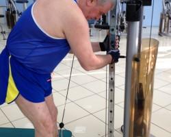 Подъем ног с верхнего блока — подготовка, на развитие нижней части спины