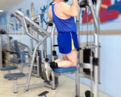 Подтягивание на тренажере, на развитие верхней части спины