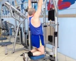 Подтягивание на тренажере — исходное, на развитие верхней части спины