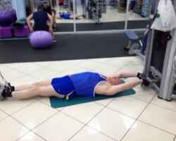 Подтягивание ног с верхнего блока — исходное, на развитие нижней части спины