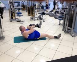 Подтягивание ноги с верхнего блока, на развитие нижней части спины