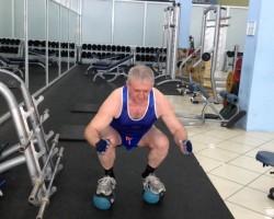 Приседание на медболах, на развитие мышц ног