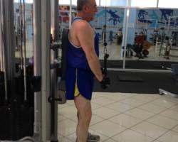 Разгибание рук, на тренажере хватом сверху для укрепления мышц рук (трицепс)
