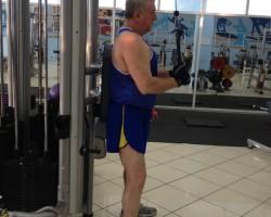 Разгибание рук — исходное, на тренажере хватом сверху для укрепления мышц рук (трицепс)