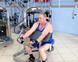 Разгибание рук сидя на тренажере, на развитие мышц рук (трицепс)