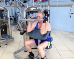 Разгибание рук сидя на тренажере — исходное, на развитие мышц рук (трицепс)
