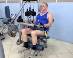 Сгибание ног (сидя), упражнение на развитие мышц ног