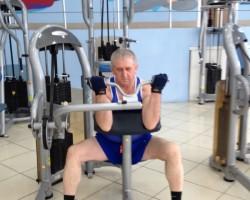 Сгибание рук на тренажере, на развитие мышц рук (бицепс)