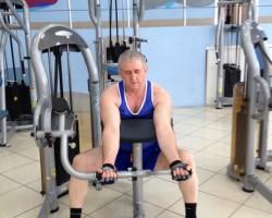 Сгибание рук на тренажере— исходное, на развитие мышц рук (бицепс)