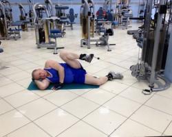 Скручивание ноги с нижнего блока — подтягивание, упражнение на развитие мышц ног