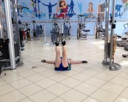 Сведение ног с верхних блоков (лежа), упражнение на развитие внутренней поверхности бедра