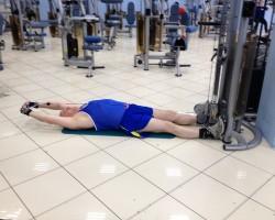 Тяга двумя прямыми руками за голову с нижнего блока, упражнение на укрепление и развитие плеч