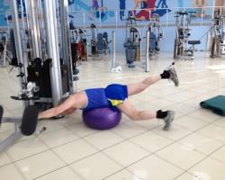 Тяга ногой с верхнего блока — исходное (фитбол), на развитие нижней части спины