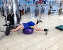 Тяга ногой с верхнего блока (фитбол), на развитие нижней части спины